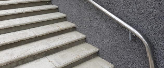 Na co zwrócić uwagę wybierając płytki na schody zewnętrzne?